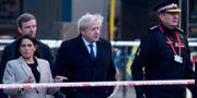 Boris Johnson vid London Bridge tillsammans med Storbritanniens inrikesminister Priti Patel och Londonpolisens Ian Dyson. NIKLAS HALLE'N / AFP