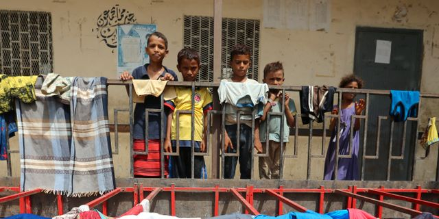 Barn som har evakuerats från sina hem nära al-Hudaydahs flygaplats. ABDULJABBAR ZEYAD / TT NYHETSBYRÅN