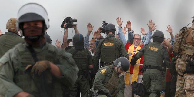 Religiösa ledare grips vid gränsen mot Mexiko.  Rebecca Blackwell / TT NYHETSBYRÅN