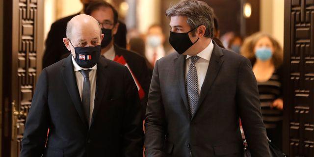 Frankrikes utrikesminister Jean-Yves Le Drian och Libanons premiärminister Hassan Diab.  Hussein Malla / TT NYHETSBYRÅN