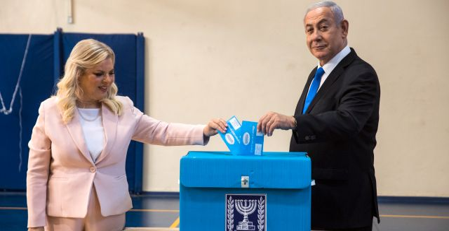 Benjamin Netanyahu och frun Sarah röstar i valet den 17 september. Heidi Levine / TT NYHETSBYRÅN