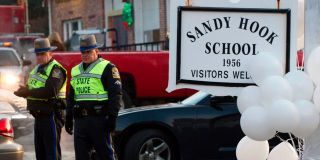 Poliser utanför Sandy Hook-skolan. Arkivbild. DON EMMERT / AFP