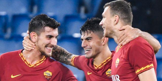 Roma-trion Diego Perotti , Lorenzo Pellegrini och Edin Dzeko firar efter ett mål. Arkivbild. ANDREAS SOLARO / AFP