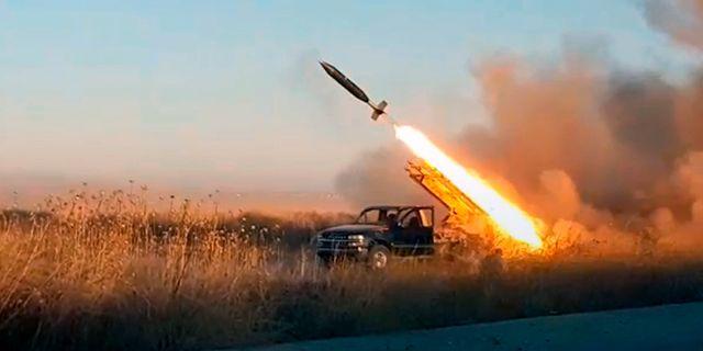 En missil avfyras i Idlibprovinsen, Syrien. Fotot är från en stridande milisgrupp med koppling till al-Qaida.  TT NYHETSBYRÅN