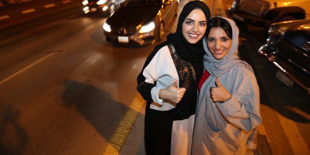 Kvinnor firar att de nu tillåts köra bil, Al Khobar, Saudiarabien. HAMAD I MOHAMMED / TT NYHETSBYRÅN