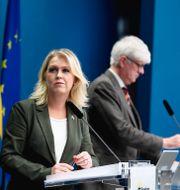 Arkivbild: Socialminister Lena Hallengren (S) tillsammans med Folkhälsomyndighetens generaldirektör Johan Carlson.  Pontus Lundahl/TT / TT NYHETSBYRÅN