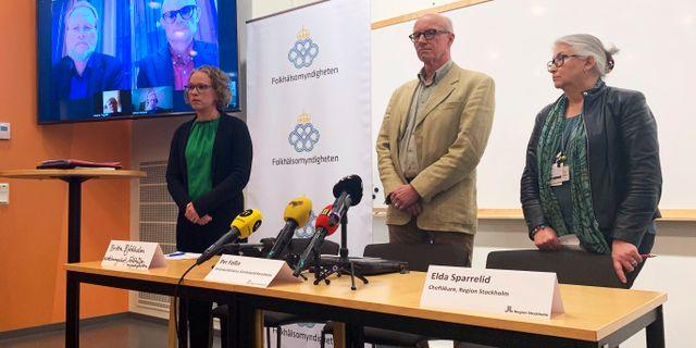 Britta Björkholm på Folkhälsomyndigheten, smittskyddsläkare Per Follin och chefsläkare Elda Sparrelid på Region Stockholm under dagens presskonferens. Jonas Grönvik/TT / TT NYHETSBYRÅN