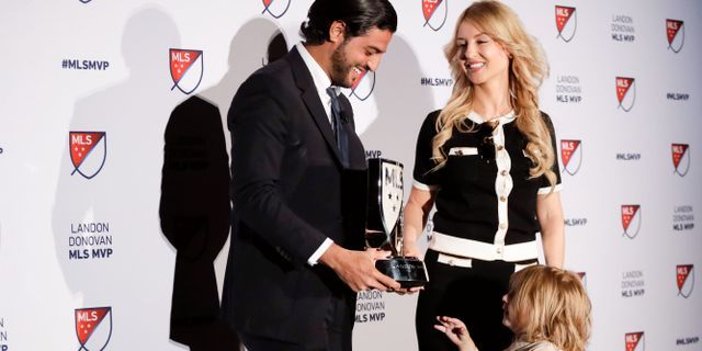 Carlos Vela tar emot priset med sin fru Saioa och sonen Romeo. Chris Carlson / TT NYHETSBYRÅN