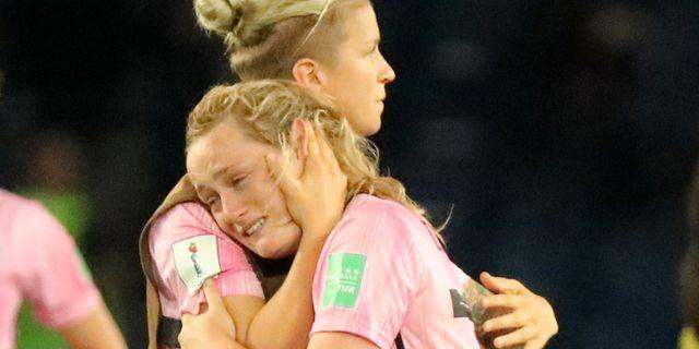 Skottlands Erin Cuthbert var förkrossad efter matchen. LUCY NICHOLSON / BILDBYRÅN
