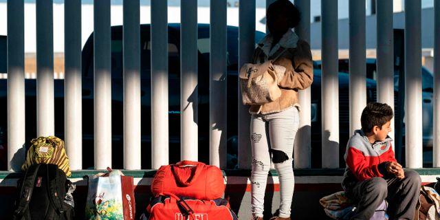 Asylsökande vid gränsen mellan USA och Mexiko.  GUILLERMO ARIAS / TT NYHETSBYRÅN