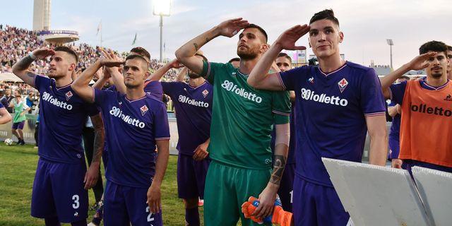 Fiorentinaspelare firar segern med hemmapubliken. ALBERTO LINGRIA / TT NYHETSBYRÅN