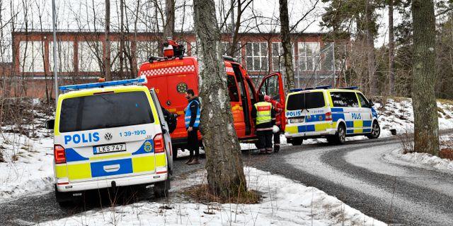 Polis utanför skolan.  Jonas Ekströmer/TT / TT NYHETSBYRÅN