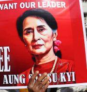 Protestplakat med Suu Kyis ansikte TT NYHETSBYRÅN