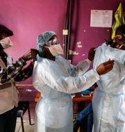 Medicinsk personal i fattiga områden i Nairobi, Kenya, 2020. Brian Inganga / TT NYHETSBYRÅN