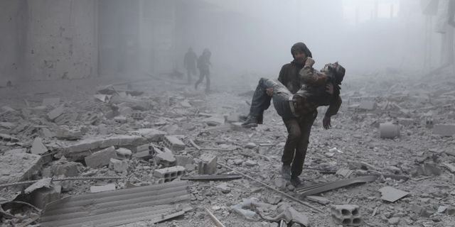 En skadad man får hjälp efter en lufträd i Arbin 2 januari. ABDULMONAM EASSA / AFP