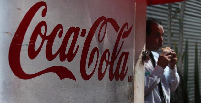 En man äter en macka coca cola-skylt i Mexiko. Illustrationsbild. Marco Ugarte / TT NYHETSBYRÅN