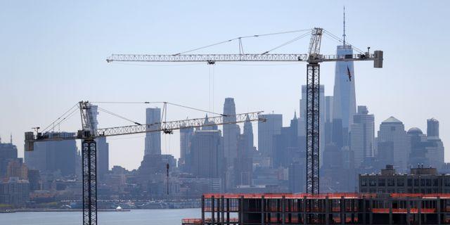Byggkranar över Manhattan, New York.  Julio Cortez / TT NYHETSBYRÅN