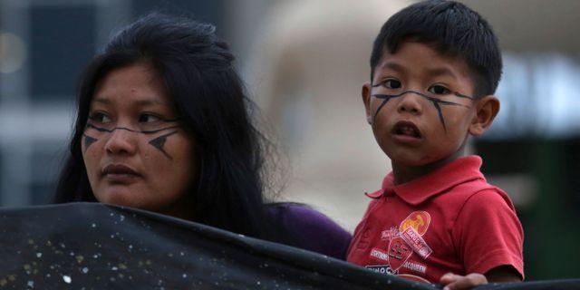 Arkivbild. Personer som tillhör Brasiliens ursprungsbefolkning demonstrerar för landrättigheter, februari 2019. Eraldo Peres / TT NYHETSBYRÅN/ NTB Scanpix