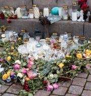 Blommor och ljus i Uddevalla till minne av Wilma Andersson. Arkivbild. Thomas Johansson/TT / TT NYHETSBYRÅN