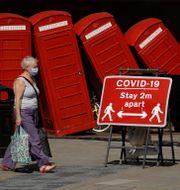 En skylt som uppmanar till avstånd i London Matt Dunham / TT NYHETSBYRÅN