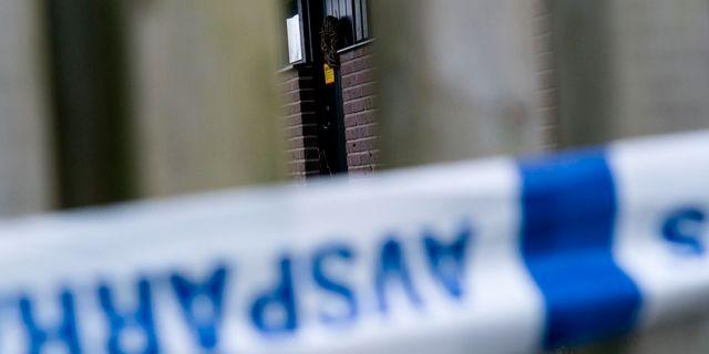 Polisens avspärrat lapp på en dörr och avspärrningsband på staketet till villan i Bjärred. Johan Nilsson/TT / TT NYHETSBYRÅN
