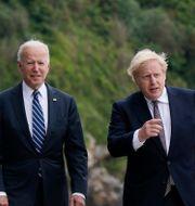 Joe Biden och Boris Johnsson med fruar möts i Cornwall. Patrick Semansky / TT NYHETSBYRÅN