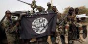Arkivbild, nigerianska soldater håller upp Boko Haram-flagga som de beslagtagit. REUTERS FILE PHOTO / TT NYHETSBYRÅN