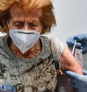 105-åriga Elisabeth Steubesand får Pfizers vaccin. Martin Meissner / TT NYHETSBYRÅN