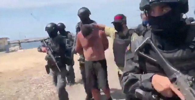 Arkivbild: Stillbild från venezuelansk tv som sägs visa hur soldater flyttar gripna efter attackförsöket REUTERS TV / TT NYHETSBYRÅN