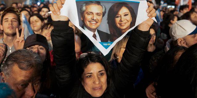 Alberto Fernández och Cristina Fernández de Kirchner på en flagga.  Tomas F. Cuesta / TT NYHETSBYRÅN/ NTB Scanpix