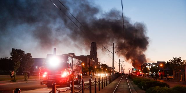 En byggnad sattes i brand i samband med trotesterna på torsdagen.  John Minchillo / TT NYHETSBYRÅN