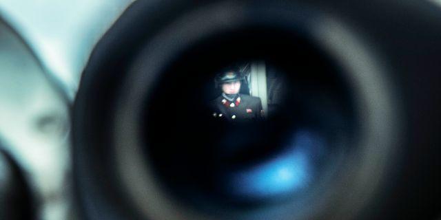 Arkivbild. Nordkoreansk soldat sedd genom kikarsikte. Yvonne Åsell/SvD/TT / TT NYHETSBYRÅN