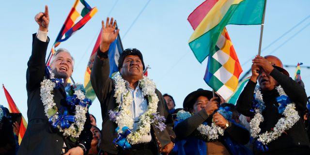 Evo Morales (tvåa från vänster) firade valsegern i slutet av oktober – men omfattande protester tvingade honom senare på flykt från Bolivia. Juan Karita / TT NYHETSBYRÅN