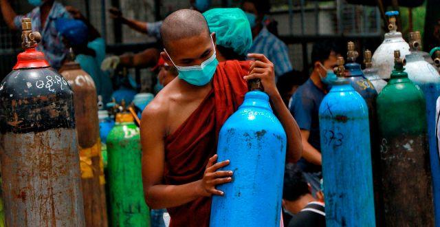 En munk med syrgas i Myanmar. TT NYHETSBYRÅN