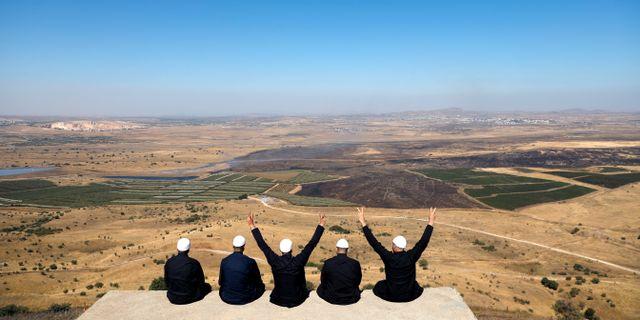 Israeler blickar ut över Golanhöjderna.  RONEN ZVULUN / TT NYHETSBYRÅN