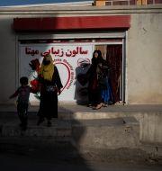 En kvinna går ut ur en skönhetssalong i Kabul, Afghanistan.  Bram Janssen / TT NYHETSBYRÅN