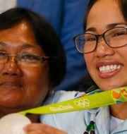 Hidilyn Diaz med sitt OS-silver och med sin mamma Emelita. Bullit Marquez / TT NYHETSBYRÅN