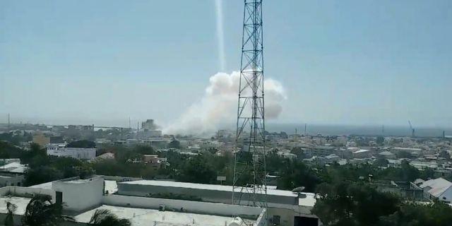 Rök över Mogadishu efter explosionen.  SOCIAL MEDIA / TT NYHETSBYRÅN