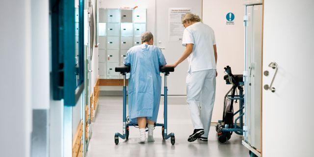 Patient med rollator får hjälp att ta sig fram. Illustrationsbild. Claudio Bresciani/TT / TT NYHETSBYRÅN