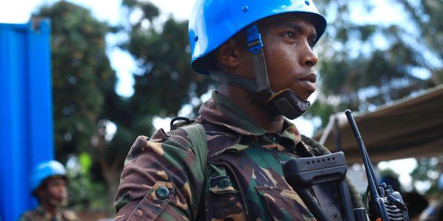 Soldat från FN:s fredsbevarande styrkor vid en minnesceremoni för kollegor som dödats i sammandrabbningar i Beni. STRINGER / TT NYHETSBYRÅN