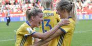 Olivia Schough och Magdalena Ericsson firar segern. Jonas Ekströmer/TT / TT NYHETSBYRÅN