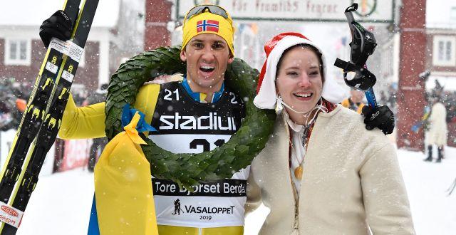 Fjolårets vinnare av Vasaloppet Tore Bjørseth Berdal och kranskullan Emma Höglund. Arkivbild. Ulf Palm / TT / TT NYHETSBYRÅN
