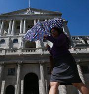 Fotgängare utanför Bank of England. Arkivbild.  DANIEL LEAL-OLIVAS / TT NYHETSBYRÅN