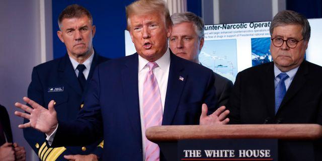Donald Trump med Robert O'Brien strax bakom. Alex Brandon / TT NYHETSBYRÅN