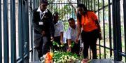 Människor hedrar offren vid en terrorattack mot hotellet DusitD2 i Nairobi i Kenya.  SIMON MAINA / AFP