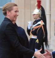 Danmarks statsminister Mette Fredriksen skakar han med Emmanuel Macron/Dansk flagga.  TT.