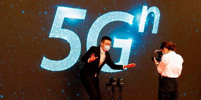 Arkivbild: En journalist förklarar hur 5G fungerar vid ett mediacenter i Peking.  THOMAS PETER / TT NYHETSBYRÅN
