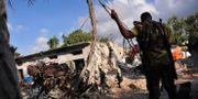Säkerhetsstyrkor på plats i förödelsen kring en av explosionerna. MOHAMED ABDIWAHAB / AFP
