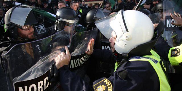 Demonstranter från Nordiska motståndsrörelsens (NMR) konfronteras av kravallpoliser vid demonstrationen i centrala Göteborg, 30 september 2017.  Adam Ihse/TT / TT NYHETSBYRÅN