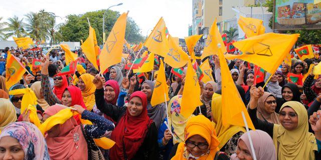 Människor på Maldiverna firar valresultatet Eranga Jayawardena / TT NYHETSBYRÅN